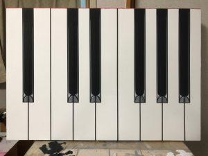 ピアノ鍵盤のテーブル